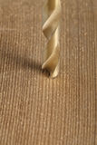 skott av att borra ett hål i trä Arkivfoto