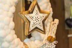 Skott av en adventkrans med struntsaker och stearinljus Royaltyfri Bild