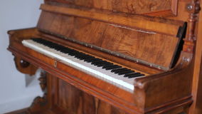 Skott av tangenter av det gamla pianot arkivfilmer