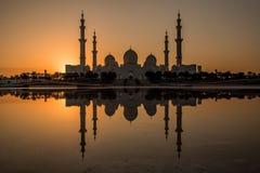 Skott för Abu Dhabi storslaget moskéreflexion royaltyfria foton