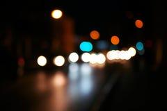 Skott för bokeh för suddighet för nattvägstad Suddig gata med carlights i nattetid Defocused stads- plats tonat skott Royaltyfri Bild