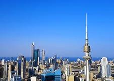 Skott för Kuwait City horisontantenn arkivfoto