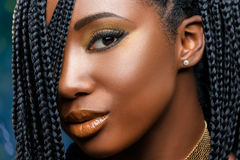 Skott för makroskönhetframsida av den afrikanska flickan med flätade trådar royaltyfri foto
