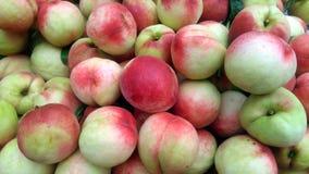 Skott för närbild för persika` s; den saftiga persikan är ny och billig Royaltyfri Bild