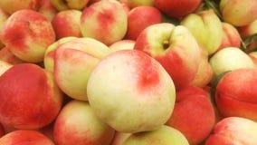 Skott för närbild för persika` s; den saftiga persikan är ny och billig Arkivfoton