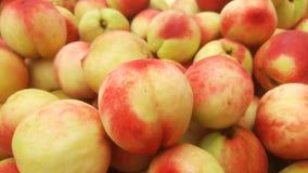 Skott för närbild för persika` s; den saftiga persikan är ny och billig Arkivbilder