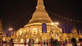 Skott för natt för Tid schackningsperiod av folk som går på den Shwedagon pagoden, också som är bekant som den guld- pagoden stock video