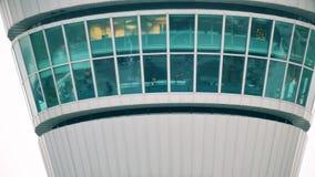 Skott för teleobjektiv för torn för kontroll för Internetional flygplatsflygtrafik ATCT stock video