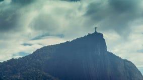 Skott för Tid schackningsperiod av den Corcovado kullen med dynamisk bortgång för moln Kristus i Rio de Janeiro arkivfilmer