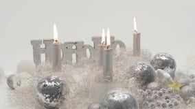 Skott för Tid schackningsperiod av fyra silverstearinljus brinnande down i festlig garnering arkivfilmer