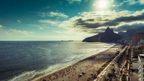 Skott för Tid schackningsperiod horisont av för den Ipanema strand- och Rio de Janeiro staden stock video