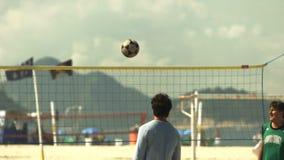 skott för ultrarapid 60p av en footvolleylek på den Copacabana stranden i Rio de Janeiro arkivfilmer