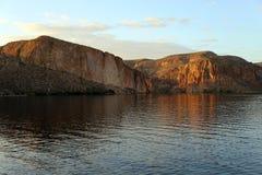 Skott från kanjon sjön som ut förutom ser till den Apache för fyra maxima precis föreningspunkten, Arizona Arkivfoton