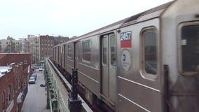 skott 4k av det enorma moderna stads- drevet för bil för silverstålgångtunnel som ankommer på den upptagna Brooklyn för tunnelban arkivfilmer