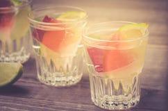 skott med is och en limefrukt/skott med is och en limefrukt Selektivt fokusera royaltyfri bild