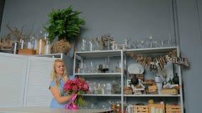 3 skott Yrkesmässigt blomsterhandlareinnehav och kontrollerabukett på studion stock video