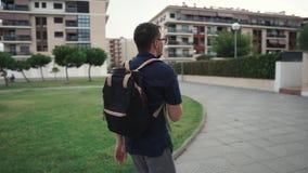 Skottet av en man med smartphonen går på stock video