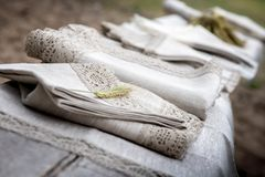 Skottet av linnebordduken och servetter med snör åt klippning royaltyfria foton