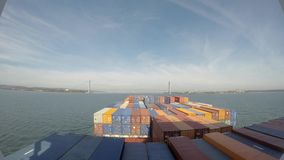 Skottet för den Tid schackningsperioden 4k av en behållarefrakt sänder fartygsegling till och med havet och att ankomma till hamn arkivfilmer