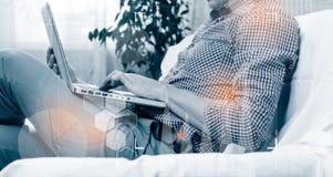 Skottet för sidosikten av händer för man` ett s genom att använda den smarta telefonen i inre, den bakre sikten av affärsmannen r royaltyfri foto