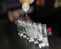 Skottexponeringsglas av vodka på stången kontrar Fotografering för Bildbyråer