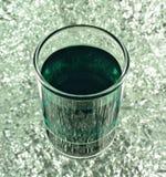 Skottexponeringsglas med den gröna coctailen Arkivfoto