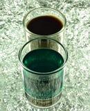 Skottexponeringsglas med gräsplan och kaffecoctailar Arkivfoto