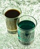 Skottexponeringsglas med gräsplan och kaffecoctailar Arkivfoton