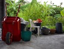 Skottkärra eller spårvagn och utrustning för att arbeta i trädgården royaltyfri bild