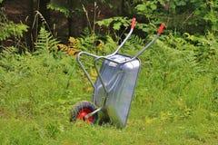 Skottkärra i gräset Royaltyfri Fotografi