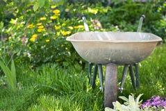 Skottkärra i trädgården Fotografering för Bildbyråer