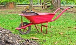 Skottkärra på gräs Royaltyfri Foto