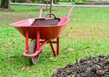 Skottkärrasammanträde i trädgård Fotografering för Bildbyråer