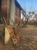 Skottkärror i en lantgård Arkivfoto