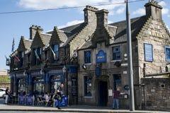 Skottland Förenade kungariket Edinburg 14 05 2016 - Dagligt livfolk i gatorna som sitter den Ryrie baren Royaltyfri Bild