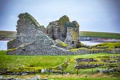 Skottland Shetland öar, Jarlshof är den bästa bekanta förhistoriska arkeologiska platsen i Shetland, Skottland Det ligger nära royaltyfri foto