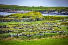 Skottland Shetland öar, Jarlshof är den bästa bekanta förhistoriska arkeologiska platsen i Shetland, Skottland Det ligger nära arkivbilder