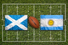 Skottland vs Argentina flaggor på rugbyfält royaltyfri bild