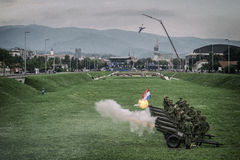 Skottlossningkanoner på en militär ståtar i Kroatien Royaltyfri Bild