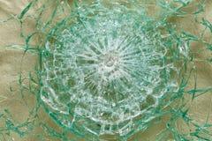 Skottsäkert exponeringsglas efter skyttet med spår av kulor, prov Arkivbild