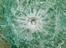 Skottsäkert exponeringsglas efter skyttet med spår av kulor, prov Royaltyfri Fotografi