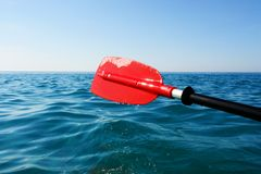 Skovel som är röd i havet arkivfoton