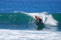 Skovelboarder som surfar på stranden för St Anns i Laguna Beach, Kalifornien Royaltyfri Fotografi
