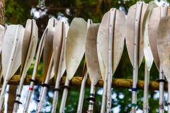Skovlar för kayaking få torrt på närbild för flodbank royaltyfria foton