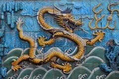 Skräckinjagande gul drake på niona Dragon Wall Arkivbilder