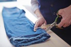 Skräddare Cutting Pants Closeup royaltyfri bild