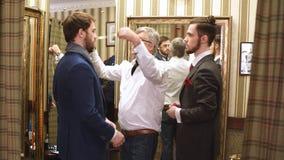 Skräddare med klienter i atelier Sy den specialtillverkade dräkten stock video