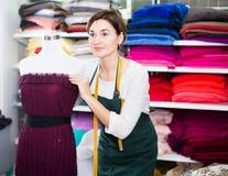 Skräddare som arbetar på klänningen Arkivfoto