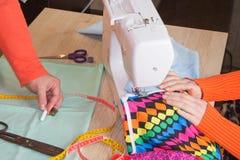 Skräddare som gör ett plagg i arbetsplats Processar av sömnaden på symaskinen syr symaskinen för händer för kvinna` s Fotografering för Bildbyråer