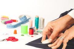 Skräddare som planlägger kläder Royaltyfria Bilder